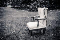 Une petite chaise dans le pré image stock