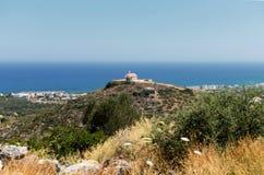 Une petite chapelle sur une colline chez Sisi, Crète photographie stock