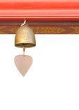 Une petite cloche s'arrêtant sous le toit de temple Photos libres de droits