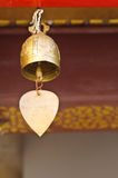 Une petite cloche s'arrêtant sous le toit de temple Photographie stock