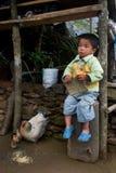 Une petite famille de garçon et de poule de Lepcha Photos libres de droits