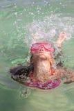 Une petite fille émerge de la mer Photo stock