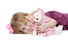 Une petite fille 4 années avec un jouet de peluche portent Image libre de droits
