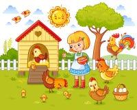 Une petite fille alimente des poulets et des poules Images stock