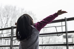 Une petite fille appréciant la première neige photos libres de droits