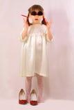 Une petite fille avec de grandes glaces Images stock