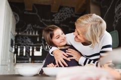 Une petite fille avec la grand-mère faisant cuire à la maison Photos libres de droits