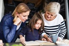 Une petite fille avec la mère et la grand-mère à la maison Photo libre de droits