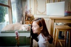 Une petite fille avec un chat mignon Photos stock
