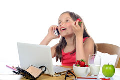 Une petite fille avec un téléphone portable Image libre de droits