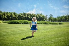 Une petite fille court en parc photo libre de droits