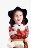 Une petite fille dans le chapeau avec un ours de nounours Images libres de droits