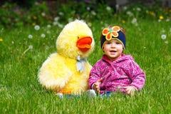 Une petite fille en parc Photographie stock libre de droits