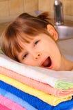 Une petite fille est heureuse avec le lavage Photographie stock libre de droits