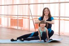 Une petite fille et sa mère font des sports Photo libre de droits