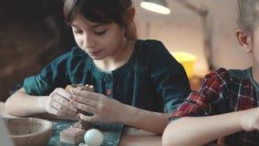 Une petite fille fabrique un métier drôle à partir de l'argile une leçon en poterie banque de vidéos