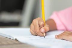 Une petite fille faisant un travail Image stock