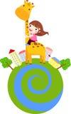 Une petite fille glisse en bas du cou d'une giraffe Images stock