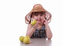 Une petite fille mangeant une pomme Image stock