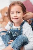 Une petite fille mignonne appréciant, jouant et créant avec des mains de mère Photos stock