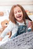 Une petite fille mignonne appréciant, jouant et créant avec des mains de mère Photos libres de droits