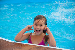 Une petite fille mignonne dans la piscine Image stock
