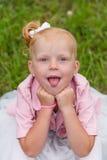 Une petite fille mignonne dans une belle robe et des espadrilles jouant dedans Photo libre de droits