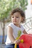 Une petite fille mignonne sur une attraction de stationnement Images libres de droits