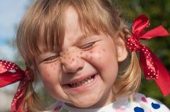 Une petite fille présent Pippi Longstocking avec ses yeux fermés et faisant des visages Photographie stock
