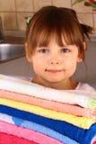 Une petite fille retient des essuie-main après lavage Photographie stock libre de droits