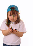 Une petite fille retient une centrale dans les mains Images stock