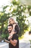Une petite fille s'assied sur les épaules photo stock