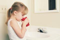 Une petite fille se brossant les dents photos libres de droits