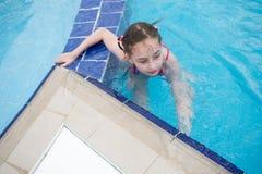 Une petite fille se repose pendant l'été en parc d'aqua bains de bébé dans la piscine photos stock