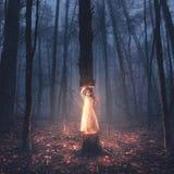 Une petite fille soulève un arbre photographie stock