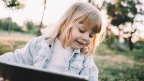 Une petite fille sur l'herbe photo libre de droits
