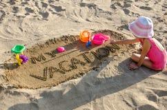 Une petite fille sur la plage Photo libre de droits