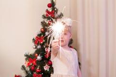 Une petite fille tenant un cierge magique Image libre de droits