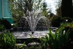 Une petite fontaine dans le jardin Architecture de jardin photos stock