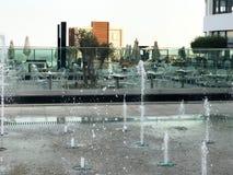 Une petite fontaine de chant en plein air, sur la rue Gouttes de l'eau, jets de l'eau congelés dans le ciel en vol images stock