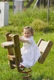 Une petite jolie oscillation d'enfant Photos libres de droits