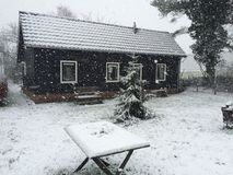 Une petite maison dans la neige Photos stock