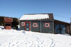 Une petite maison dans la neige Photo libre de droits