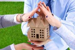 Une petite maison dans les mains Grands plans à l'avenir Photo stock