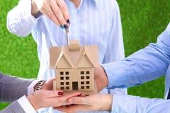 Une petite maison dans les mains Grands plans à l'avenir Photos libres de droits