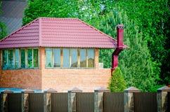 Une petite maison de campagne faite en brique rouge photographie stock libre de droits