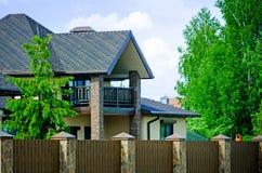 Une petite maison de campagne faite en brique rouge photo libre de droits