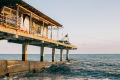 Une petite maison de dock à la mer photo stock
