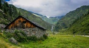 Une petite maison en bois à l'extrémité d'une vallée Photographie stock