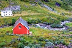 Une petite maison rouge dans le village en Norvège Photographie stock